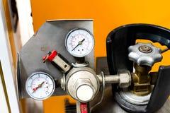 Cierre encima del tanque del CO2 del indicador de presión fotos de archivo