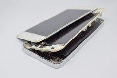 Cierre encima del teléfono móvil quebrado aislado en blanco fotos de archivo