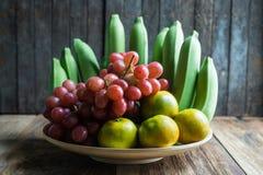 Cierre encima del tiro de varios la clase de frutas en la tabla de madera Imagen de archivo