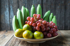 Cierre encima del tiro de varios la clase de frutas en la tabla de madera Foto de archivo