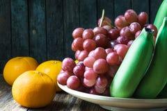 Cierre encima del tiro de varios la clase de frutas en la tabla de madera Fotos de archivo libres de regalías