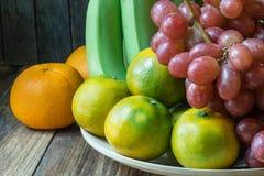 Cierre encima del tiro de varios la clase de frutas en la tabla de madera Fotografía de archivo libre de regalías