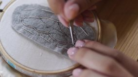 Cierre encima del tiro - diseñador profesional de la joyería que hace la broche hecha a mano con las gotas en el estudio, taller  metrajes