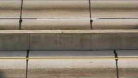 Cierre encima del tráfico separado del carril almacen de metraje de vídeo