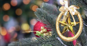 Cierre encima del vídeo de la caída del ornamento en el árbol de navidad metrajes