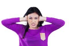 Cierre enojado de la muchacha sus oídos Imágenes de archivo libres de regalías