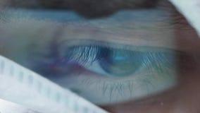 Cierre extremo encima del tiro del ojo del cient?fico con una reflexi?n del cerebro en ella metrajes