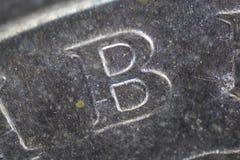 Cierre extremo para arriba de la letra B en moneda foto de archivo