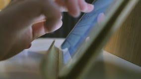 Cierre extremo para arriba de la mujer de negocios usando la tableta metrajes
