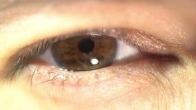 Cierre extremo que arroja a chorros del ojo femenino encima de problemas con mún desease de la anatomía de la vista de la salud d almacen de video