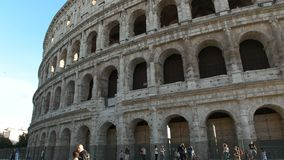 Cierre famoso del colosseum de Roma para arriba metrajes