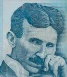 Cierre famoso del retrato de Nikola Tesla del inventor para arriba en billete de banco servio fotos de archivo