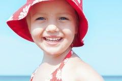 Cierre feliz de la sonrisa de la muchacha del niño para arriba Foto de archivo