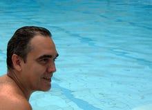 Cierre feliz del retrato de los hombres para arriba en piscina Imagenes de archivo