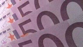 Cierre financiero abstracto encima del detalle de los números en 500 billetes de banco angulosos del euro metrajes