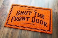 Cierre a Front Door Halloween Orange Welcome Mat On Wood Floor imagen de archivo libre de regalías