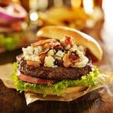 Cierre gastrónomo de la hamburguesa del queso del tocino y del bleu para arriba Imágenes de archivo libres de regalías