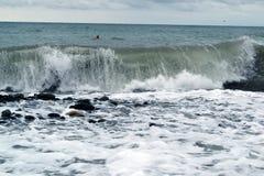 Cierre grande de la ola oceánica encima del mar tempestuoso fotografía de archivo libre de regalías