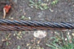 Cierre grueso de la cuerda de acero para arriba Elemento de la cerca del puente Visión detallada La superficie del cable de acero Fotografía de archivo