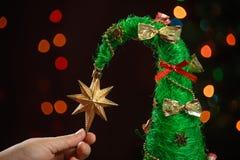 Cierre hecho a mano del árbol de navidad para arriba como fondo Imágenes de archivo libres de regalías