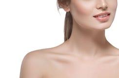 Cierre hermoso de la cara de la mujer de los labios del cuello de los hombros encima del estudio joven del retrato en blanco imagen de archivo