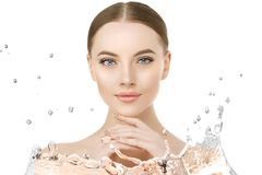 Cierre hermoso de la cara de la mujer encima del estudio con el chapoteo del agua Belleza s Foto de archivo libre de regalías