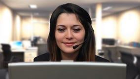 Cierre hermoso de la charla del ordenador portátil de la charla de la muchacha de la mujer de negocios para arriba almacen de metraje de vídeo