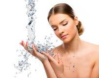 Cierre hermoso de la mujer para arriba con el chapoteo del agua Foto de archivo libre de regalías
