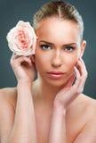 Cierre hermoso de la mujer para arriba con una flor fotografía de archivo