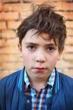 Cierre hermoso del muchacho del preadolescente encima del retrato al aire libre Foto de archivo