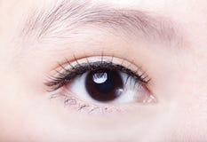 Cierre hermoso del ojo de la mujer para arriba Foto de archivo libre de regalías