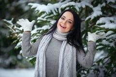 Cierre hermoso del retrato del invierno de la muchacha para arriba Imagen de archivo