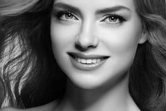 Cierre hermoso del retrato del pelo rubio de la mujer encima del estudio blanco y negro fotografía de archivo libre de regalías