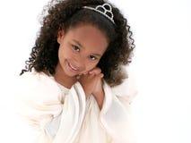 Cierre hermoso para arriba de la muchacha de seis años con la tiara imagen de archivo
