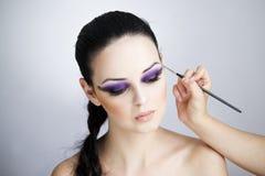 Cierre hermoso profesional de la mujer joven del maquillaje y del peinado para arriba fotos de archivo libres de regalías