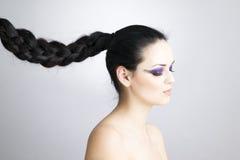 Cierre hermoso profesional de la mujer joven del maquillaje y del peinado para arriba fotografía de archivo