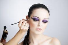 Cierre hermoso profesional de la mujer joven del maquillaje y del peinado para arriba fotografía de archivo libre de regalías
