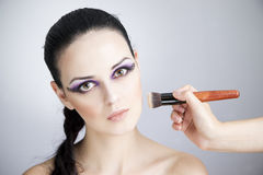 Cierre hermoso profesional de la mujer joven del maquillaje y del peinado para arriba fotos de archivo