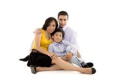 Cierre hispánico de la familia junto que se sostiene Fotos de archivo libres de regalías