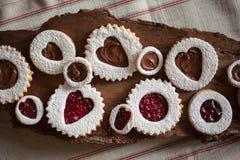 Cierre horizontal encima de las galletas del día de tarjeta del día de San Valentín en el pedazo de madera Imagen de archivo