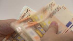 cierre 4K encima de las manos que cuentan cuentas de los euros de cincuenta y ciento Dinero de la cuenta almacen de metraje de vídeo