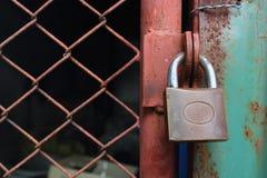 Cierre la cerradura la puerta. Imagenes de archivo