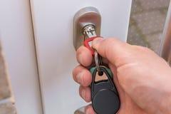 Cierre la puerta principal como protección contra ladrones imágenes de archivo libres de regalías