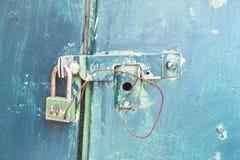 Cierre la puerta vieja en la puerta azul Imágenes de archivo libres de regalías
