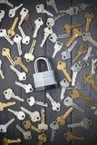 Cierre la seguridad de las llaves del candado Fotografía de archivo libre de regalías
