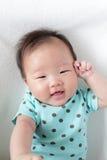 Cierre lindo de la cara de la sonrisa del bebé para arriba Imágenes de archivo libres de regalías