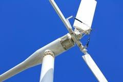 Cierre local de la turbina de viento del diseño encima del extracto Fotos de archivo