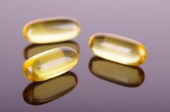 Cierre macro para arriba de cápsulas de Omega 3 ácidos grasos para el bienestar fotografía de archivo libre de regalías