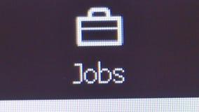 Cierre macro para arriba del usuario que hace clic en el icono de los trabajos de Linkedin en la página web de Linkedin almacen de metraje de vídeo