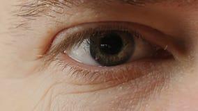 Cierre masculino del ojo para arriba metrajes